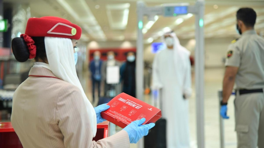 Emirates regala un kit anti Covid