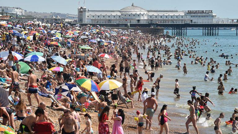 Playa de Brighton abarrotada de bañistas