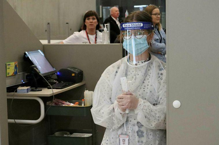 Controles sanitarios en el aeropuerto de Reykjavik, Islandia