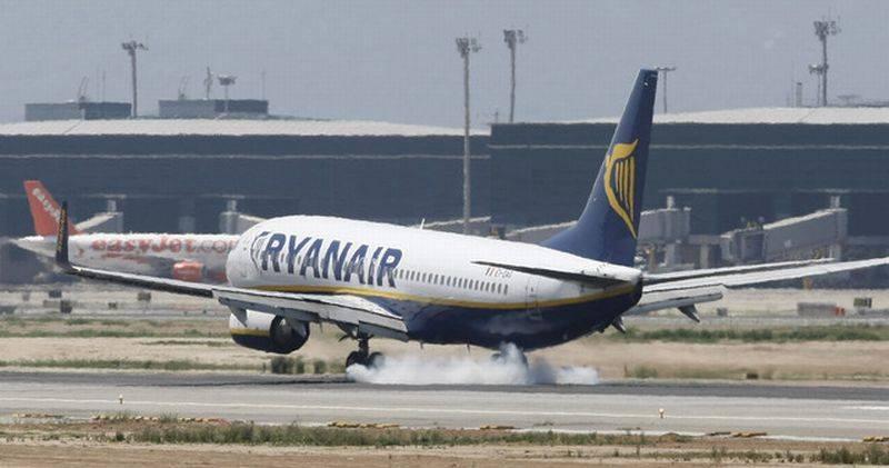 Avión de Ryanar aterrizando en aeropuerto