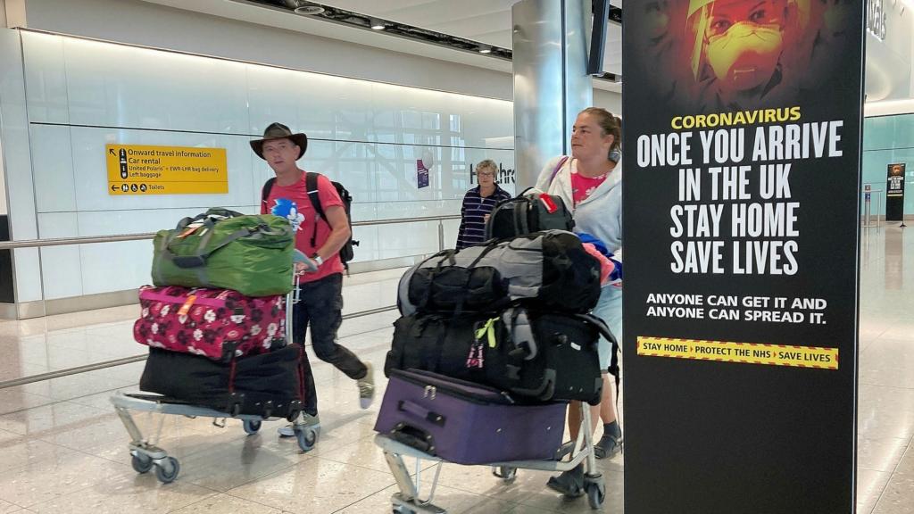 Cartel de cuarentena al llegar al aeropuerto de Heathrow