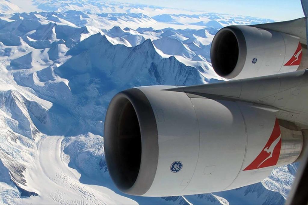 Boeing 747 de Qantas sobrevolando la Antártida