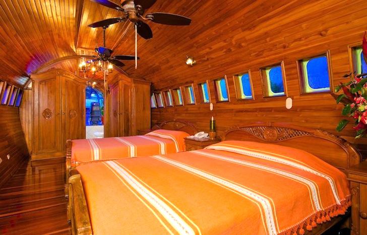 Habitación de hotel hecha con la cabina de un avión retirado