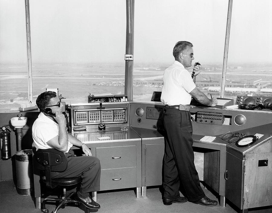 Noticias de aeropuertos. Controladores en la torre del aeropuerto de Idlewild, Nueva York