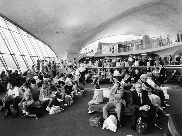 Noticias de aeropuertos. Pasajeros en el JFK en la década de los 60.