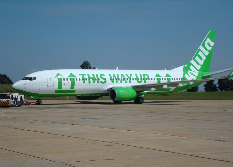 "Boeing 737 de Kulula con el texto ""this way up"""