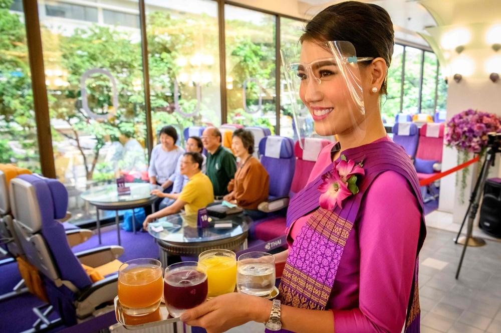 Camarera en el nuevo restaurante de Thai Airways