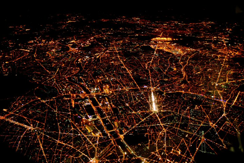 Noticias de aerolíneas. París de noche vista desde el cielo