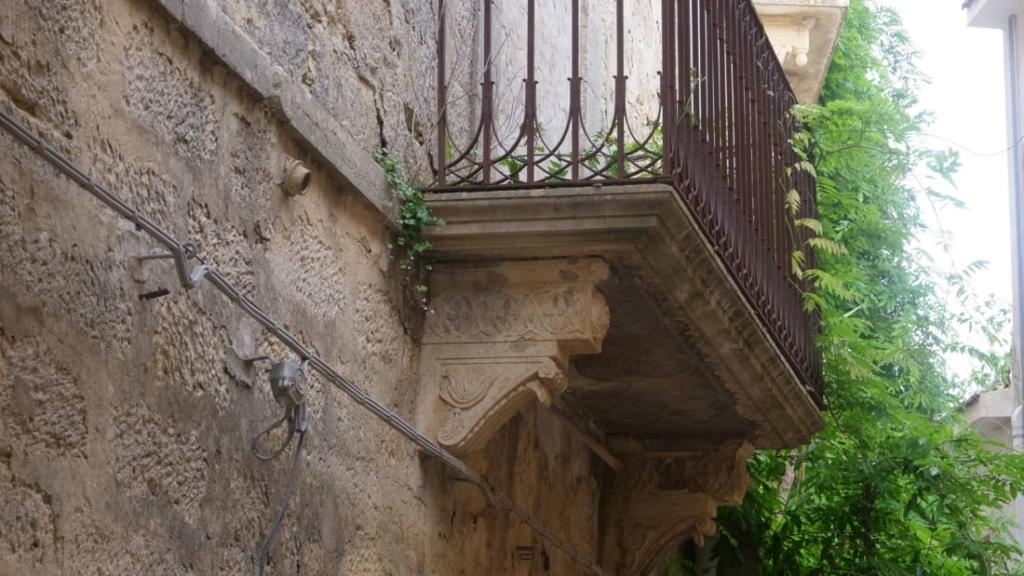 Noticias de turismo. Balcón de una casa en Salemi, Sicilia