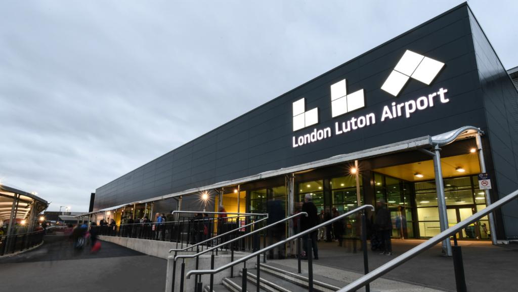 Noticias de aerolíneas. Noticias de compañías aéreas. Aeropuerto de Luton, en Londres.