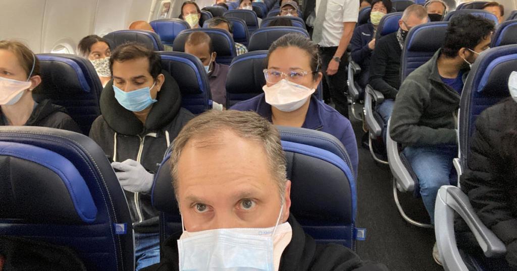 Noticias de aerolíneas. Pasajeros con mascarilla dentro del avión.