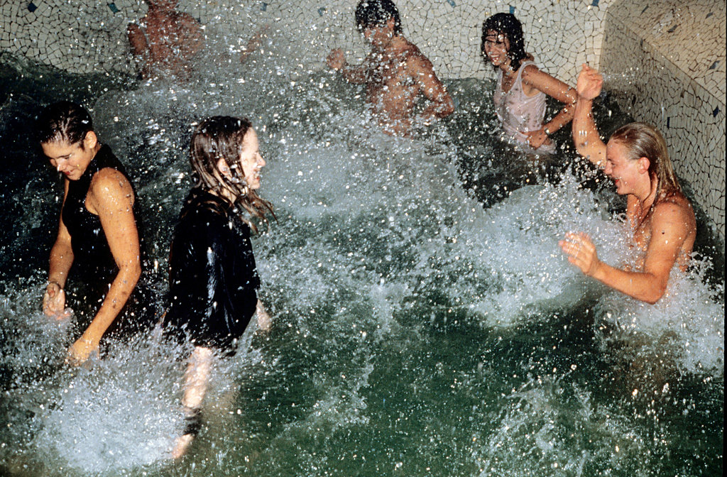 Noticias de hoteles. Fiesta en la piscina del hotel Les Bain, en París