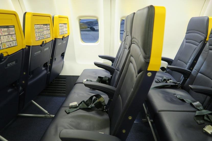 Noticias de aerolíneas. Noticias de aviones. Boeing 737-800 de Ryanair, separación entre asientos, o Pitch