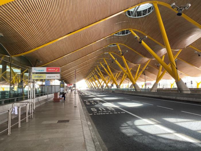 Noticias de aerolíneas. Noticias de aeropuertos. Exterior de aeropuerto de Barajas, en Madrid