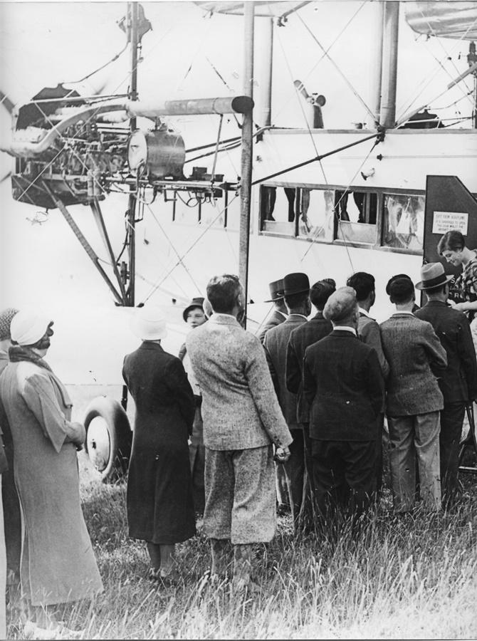 Noticias de aerolíneas. Noticias de aviones. Espectadores haciendo cola para ver un circo aéreo en los años 30