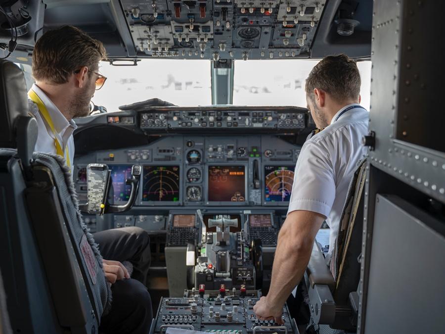 Noticias de aerolíneas. Noticias de aviones. Pilotos de líneas aéreas en cabina.