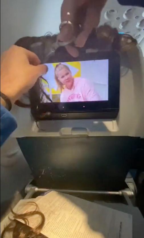 Noticias de aviones. Noticias de aerolíneas. Tiktoker cortando supuestamente el cabello de otra pasajera