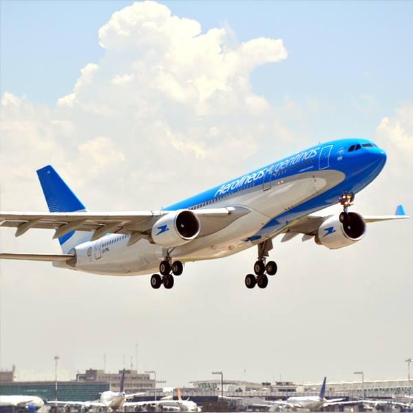 Noticias de aerolíneas. Noticias de compañías aéreas. Avión de Aerolíneas Argentinas despegando.