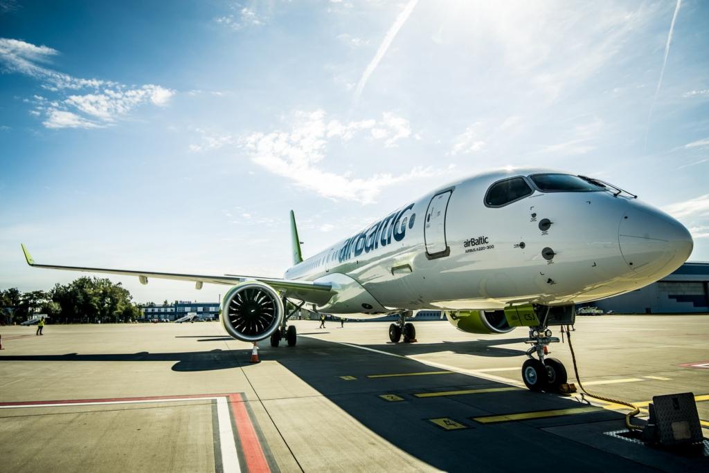 Noticias de aerolíneas. Noticias de compañías aéreas. Airbus A220 perteneciente a la aerolínea letona Air Baltic