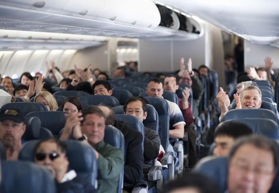 Noticias de aviones. Noticias de aviación. Pasajeros aplaudiendo en un avión al aterrizar