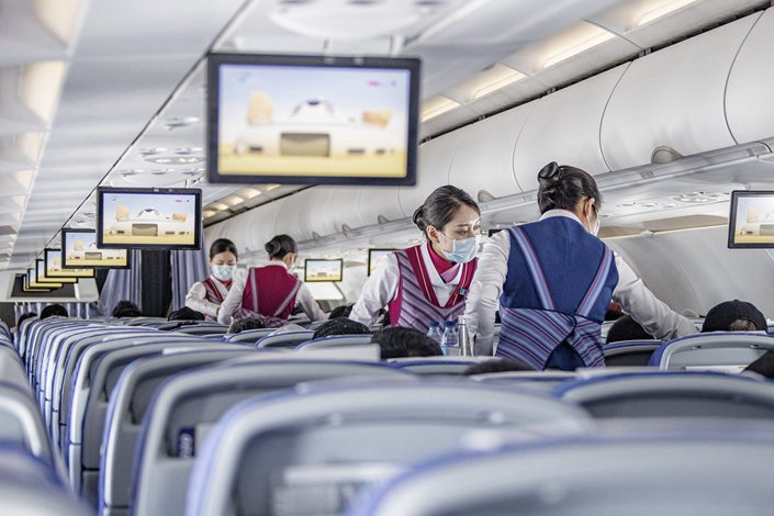 Noticias de aerolíneas. Noticias de compañías aéreas. Tripulantes de cabina chinas en la cabina del avión
