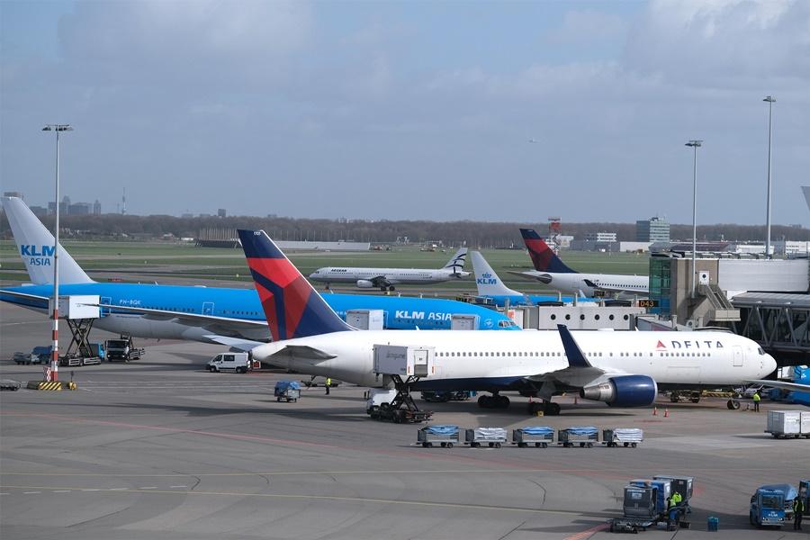 Noticias de aerolíneas. Noticias de aviación. Noticias de aeropuertos. Aviones de Delta Airlines y KLM en el aeropuerto