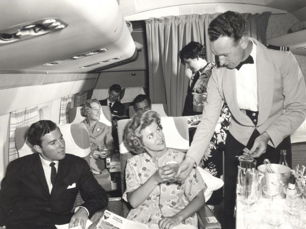 Noticias de aviación. Noticias de aviones. Servicio de catering en un avión de los años 50
