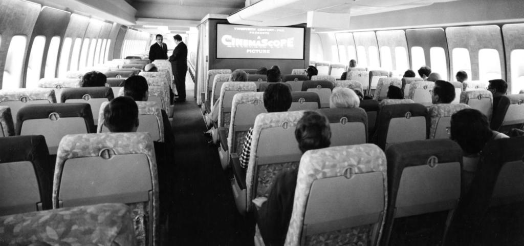 Noticias de aviones. Noticias de aviación. Viendo una película en un avión de los años 60