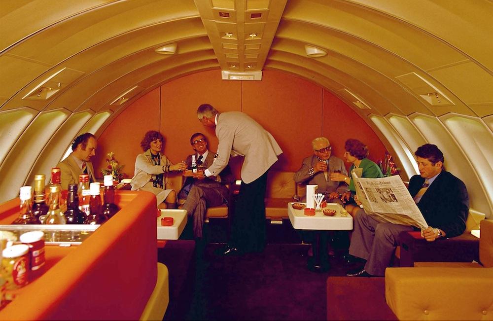 Noticias de aviación. Noticias de aviones. Lounge bar en un antiguo Boeing 747