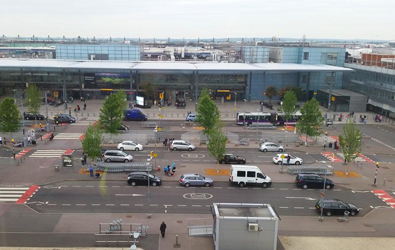 Noticias de aeropuerto. Area de acceso a Heathrow de pasajeros en coche.