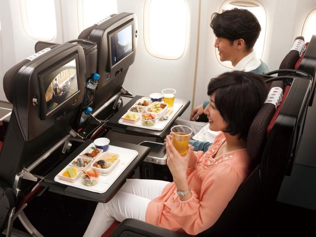 Noticias de aerolíneas. Noticias de compañías aéreas. Servicio de catering a bordo de un avión de JAL