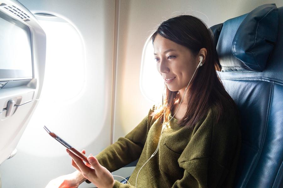 Noticias de aviación. Noticias de aviones. Viendo una película a través del móvil dentro de un avión