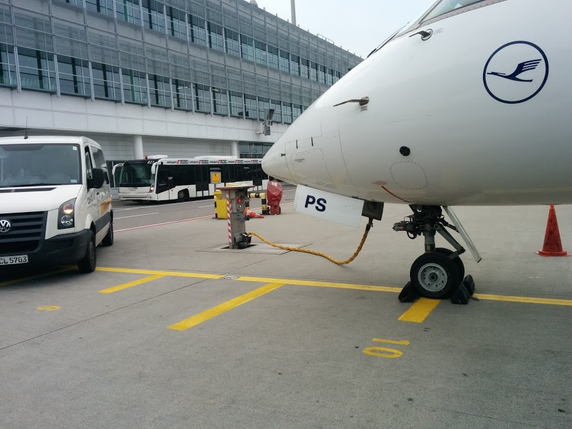 Noticias de aviones. Avión conectado a un GPU en el aeropuerto