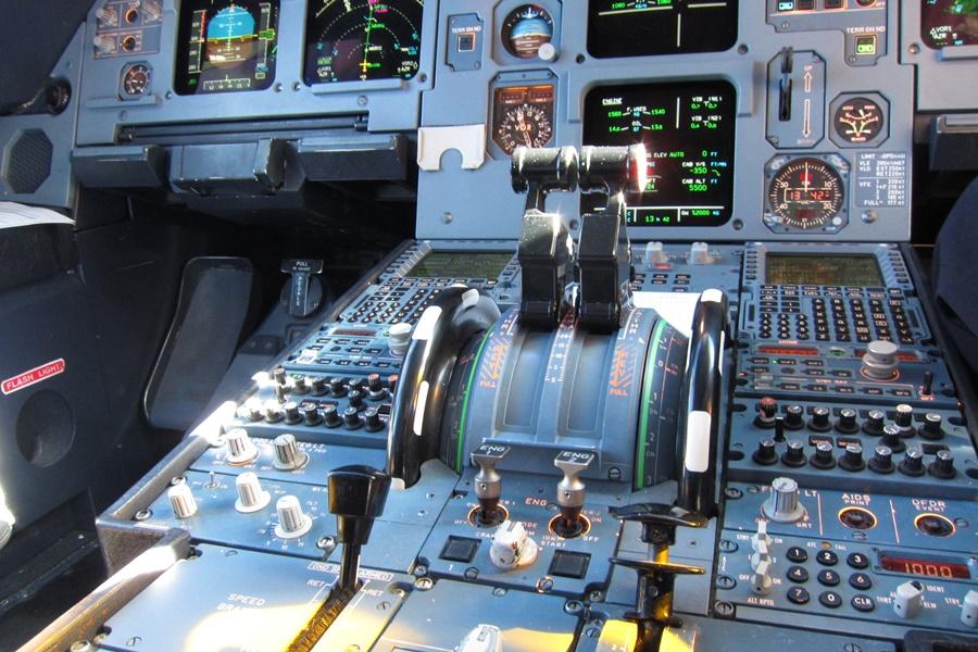 Noticias de aviones. Noticias de aerolíneas. Palancas de control de los motores de un avión.