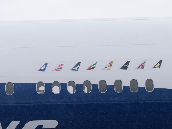 Noticias de aviones. Noticias de aviación. Fuselaje en el Boeing 777X con los colores de varias aerolíneas.