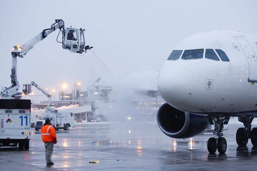 Noticias de aeropuertos. Noticias de aviones. Proceso de descongelación de un avión