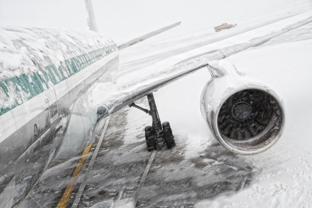 Noticias de aeropuertos. Noticias de aviones. Hielo y nieve sobre el fuselaje de un avión.