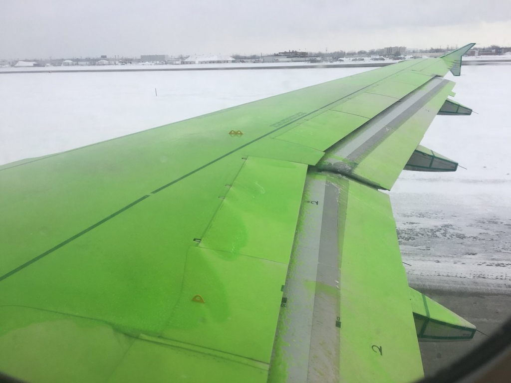 Noticias de aeropuertos. Noticias de aviones. Ala de avión impregnada en Fluido 4