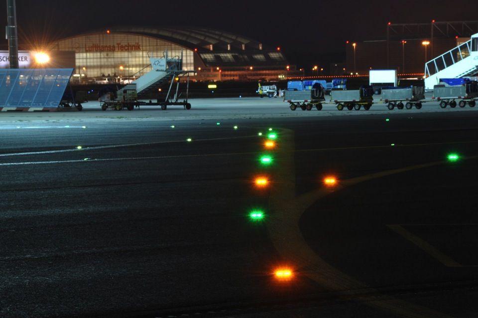 Noticias de aeropuertos. Noticias de aviación. Luces de la calle de rodaje en un aeropuerto.