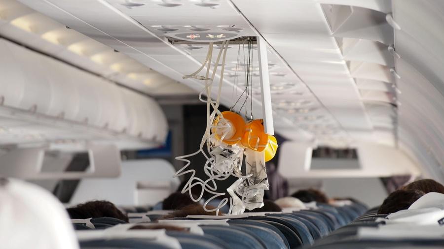 Noticias de aviones. Noticias de aviación. Máscaras de oxígeno en el interior de la cabina de un avión.