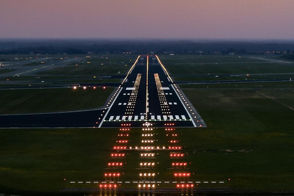 Noticias de aeropuertos. Noticias de aviones. Luces PAPI en la pista de un aeropuerto