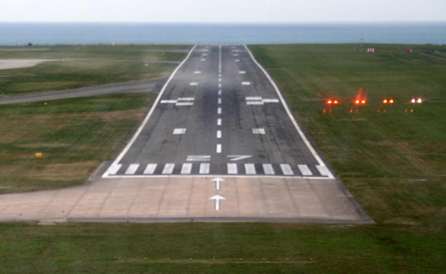 Noticias de aviación. Noticias de aeropuertos. PAPI en el lateral de una pista de aterrizaje
