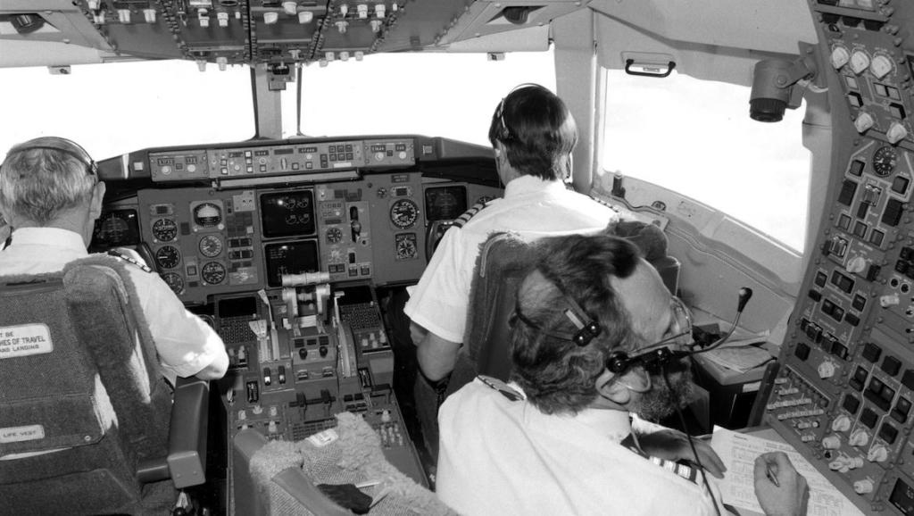 Noticias de aviones. Noticias de aviación. Ingeniero de vuelo trabajando en cabina.