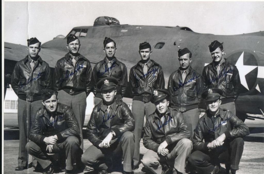 """Noticias de aviación. Noticias de aviones. Tripulación del B-17 """"Pub Ye Olde"""""""