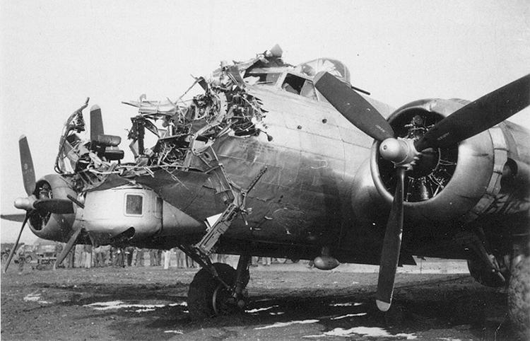 """Noticias de aviación. Noticias de aviones. Daños en el B-17 """"Pub Ye Olde"""""""