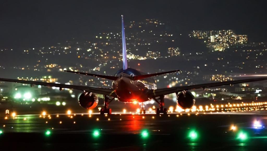 Noticias de aeropuertos. Noticias de aviación. Avión rodando por la pista de un aeropuerto