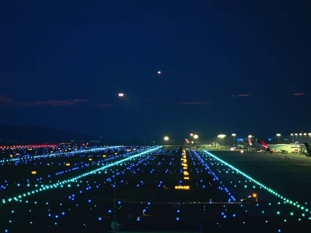 Noticias de aeropuertos. Noticias de aviación. Luces de un aeropuerto por la noche