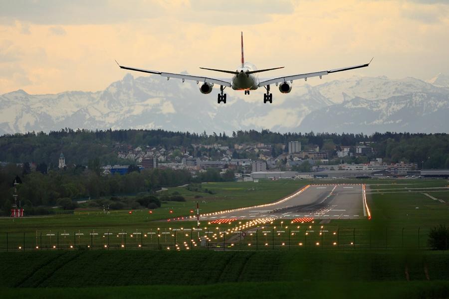 Noticias de aviación. Noticias de aviones. Avión a punto de aterrizar.