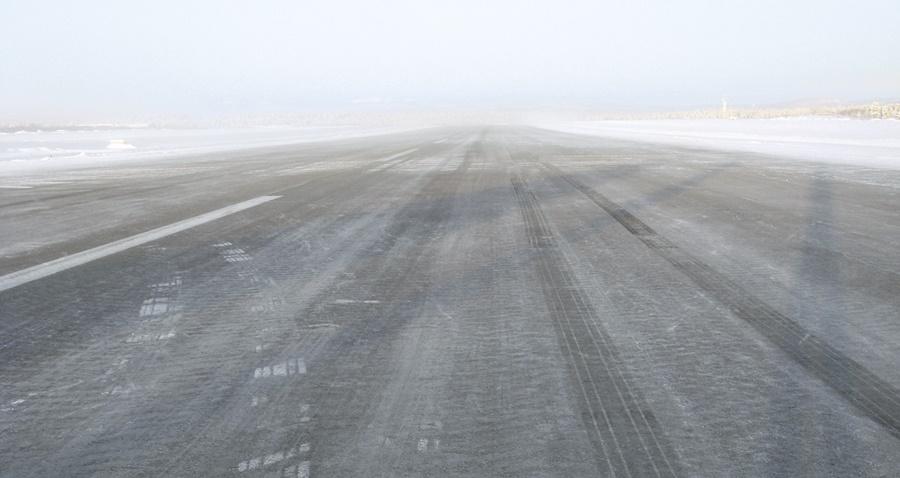 Noticias de aviación. Noticias de aviones. Pista contaminada en un aeropuerto