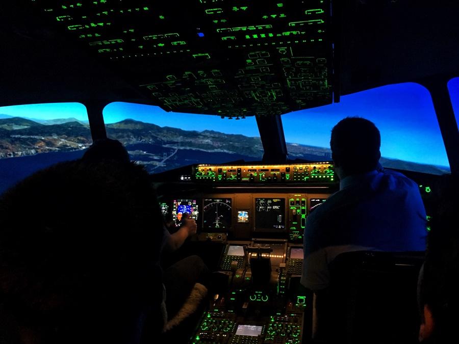 Noticias de aeropuertos. Noticias de aviones. Noticias de aviación. Pilotos en la cabina de un avión.